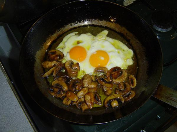 Яйца жареные с грибами